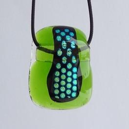 50302. Halssmykke. 28 x 22 mm. Grøn med blågrønne prikker