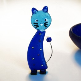 Kat. 11,5 cm. Transparente blå farver, sorte knurhår.