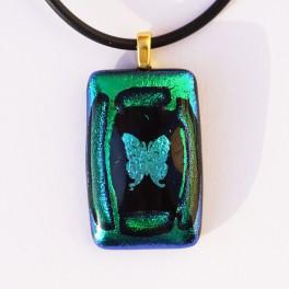 70307. Halssmykke. 32 x 20 mm. Smaragd-grønt med sommerfugl (1)