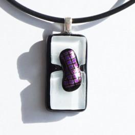 70311. Halssmykke. 29 x 15 mm. Sort og hvid med violet-pink dekoration