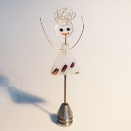 71009. Konfirmand med kors. 13 cm høj. 3 pink striber