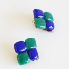 93303. Øreclips. 17 x 19 mm. Lette blå og grønne kvadrater