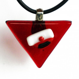 70314. Halssmykke. 32 x 24 mm. Rød trekant med rød studenterhue (2)